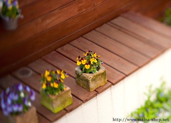 お庭でゆったりと過ごせるベンチ