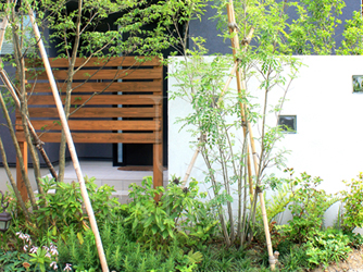 高木と低木と壁で立体的に