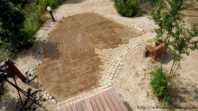 のんびりくつろぐ癒しのお庭のポイントは、自然素材のベンチ
