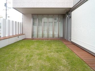 ウッドデッキと芝に段差をつくらず、広々とした空間
