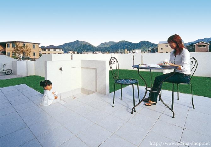 立水栓コーナーがあるタイル張りの照らす。お子さんを遊ばせながらお茶を楽しむなど、ほっと一息つけるスペース