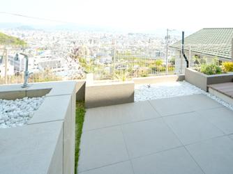 ガーデンルームの横には、タイルテラス空間と水栓