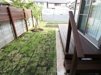 お庭はウッドデッキと芝で優しい印象の中に菜園スペースを
