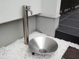 こだわりの立水栓は、お庭のワンポイントに
