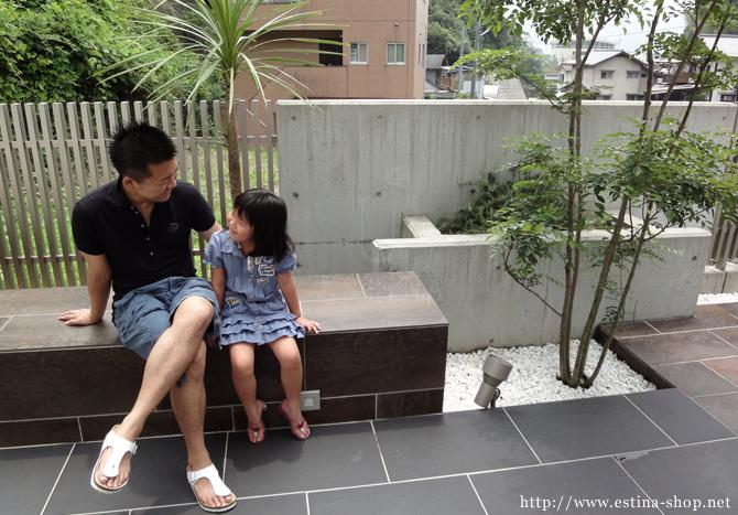 お庭のベンチに座り、くつろぎのひと時を