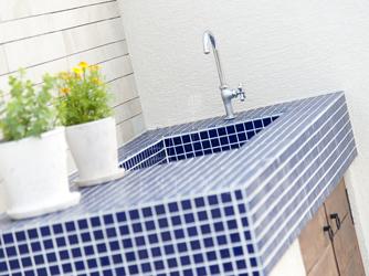 お庭のポイントになるガーデンキッチンは濃いブルーで象徴的に
