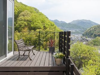 デッキにある景色を楽しむためのベンチ