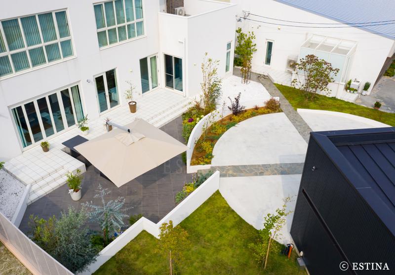 母屋と離れを繋ぐ2つのお庭。