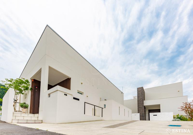 アプローチ周りは直線的でシンプルな建築に合わせてまとめた。