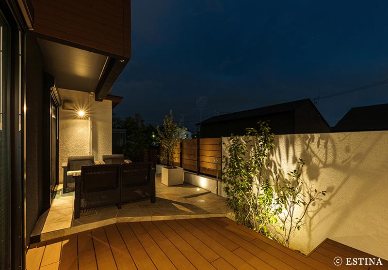 ライティングが外壁や植物を照らす。