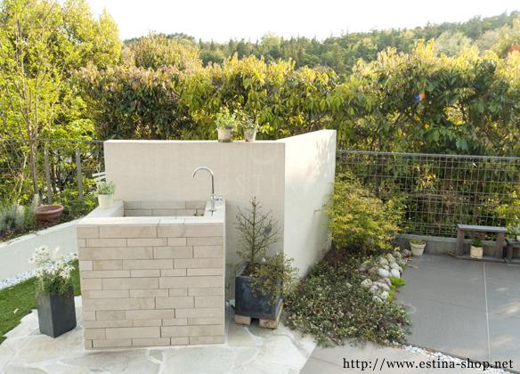 お庭のポイントの水栓は確度を変えてより強調